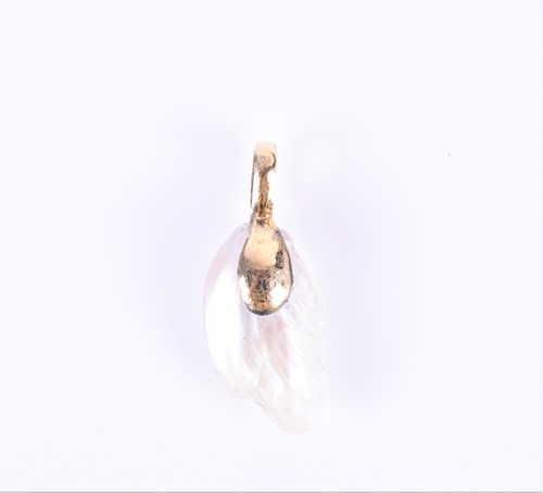 Lot 3-A yellow metal and natural freshwater pearl...
