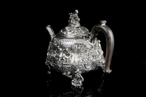Lot 432 - A fine George III silver teapot, London 1817...