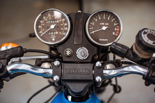 Lot 5 - A 1980 Suzuki GT200 196cc blue motorcycle,...