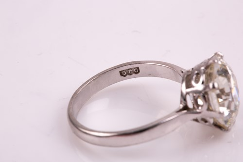 Lot 153 - An impressive solitaire diamond ring of...