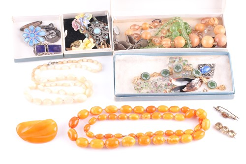 Lot 42 - A small group of costume jewellery items to...
