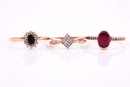Lot 49 - A single stone oval ruby ring, with diamond...