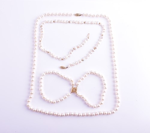 Lot 44 - A cultured pearl necklace with yellow metal...