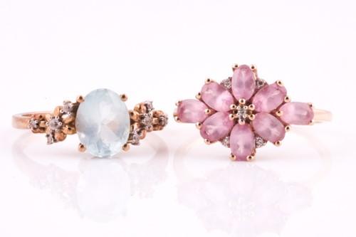 Lot 17 - A single stone aquamarine ring with four stone...