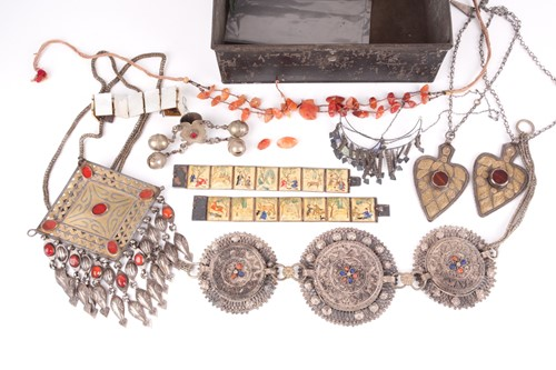 Lot 40 - A small quantity of various white metal items...